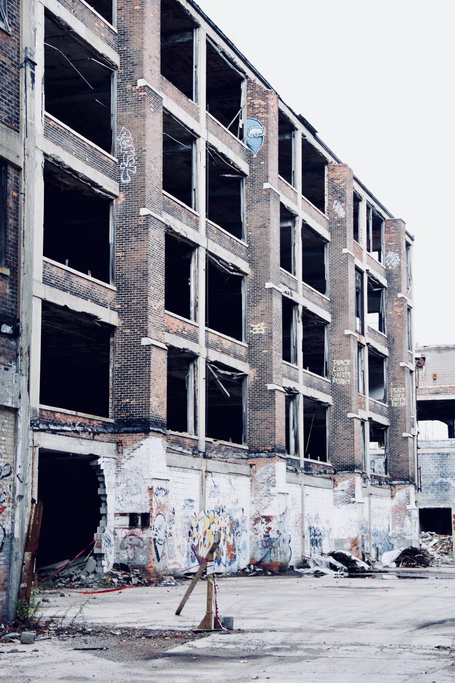 facade serie 4 - Les aventuriers de l'usine perdue